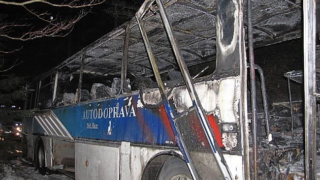 Požár, kvůli kterému shořel celý autobus, vznikl pod přístrojovou deskou.