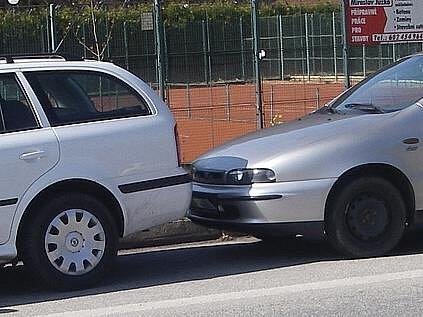 Řidič bílé octavie zřejmě není tak zručný, jak si myslel. Před vůz Romana Skypaly se sice vešel, ovšem ne zcela bez následků.