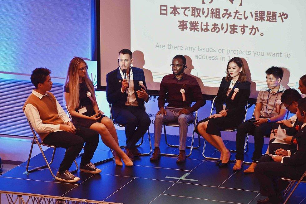 Pavel Podruh (s mikrofonem) při panelové diskusi v rámci konference Social Development Goals v japonské Osace.