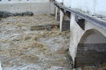 Most u Budějovické brány trpěl vinou rozvodněné Polečnice.
