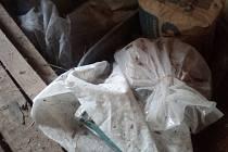 Prášek, nalezený v garáži v Českém Krumlově, byl obyčejný cement, odhalil pyrotechnik, nikoli výbušnina (ilustrační foto).
