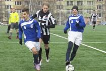 Na porážce favorizovaných Ledenic se dvěma góly podílel pendl z kaplického áčka Jan Smolen (uprostřed mezi Kamilem Benhákem a exkaplickým Jiřím Řimnáčem).