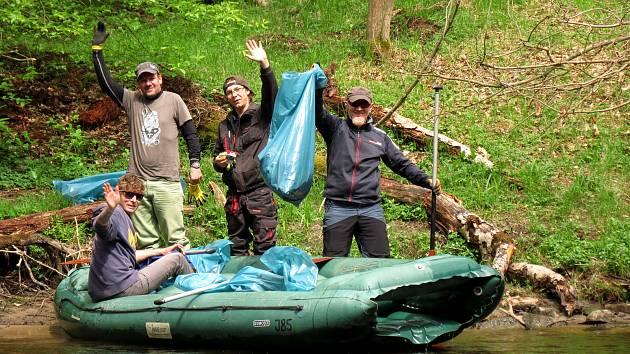 Jarní voda vyplavila z koryta Vltavy spoustu odpadu, do čištění se v sobotu pustili členové spolku Půjčovny lodí a kempy na Vltavě s partami dobrovolníků.