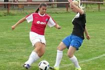 Kapličandy drží průměr více než čtyř gólů na utkání. Skóre duelu s FK Mabapa otevřela svým třetím zásahem v sezoně patnáctiletá Zuzana Matoušková (vlevo, v souboji s Koplovou).