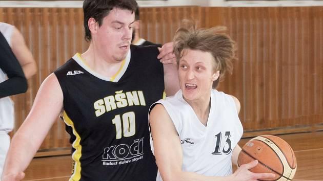 Kapličtí basketbalisté rozehrají nový ročník Jihočeské ligy domácím duelem s píseckými Sršni (na archivním snímku u míče Pavel Míšek).