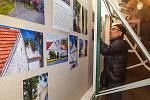 Výstavu v minigalerii pomohl nainstalovat osobně starosta Chlumce Petr Burger.