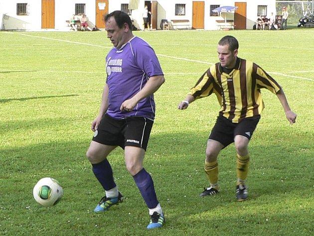 Fotbalisté kájovského Sokola (vlevo u míče Michal Frühauf) výhrou v Holubově definitivně potvrdili zisk čtvrtého přebornického titulu v souvislé řadě.