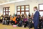Ministr zdravotnictví Adam Vojtěch v Českém Krumlově zavítoal do nemocnice i mezi studenty zdravotnické školy.