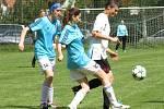 Skóre otevřela Tereza Koláčková (vpravo před Evou Hnízdilovou a Kateřinou Jedličkovou), ale body se nakonec v derby dělily.