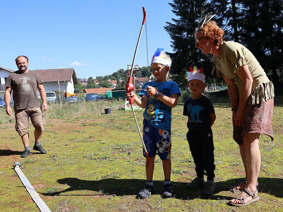 Indiánským létem se rozloučily děti v Brloze s velkými  prázdninami.