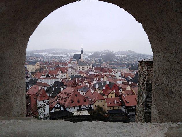 VČeském Krumlově 13.11. sníh taje, ale ve vyšších partiích, jako třeba na Křížové Hoře, se drží.