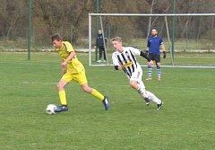 Vítěznou trefu v derby s Loučovicemi si připsal kaplický mladík Dan Pál (v pruhovaném dresu, na snímku při stíhačce hostujícího Mikuláše Šímy).