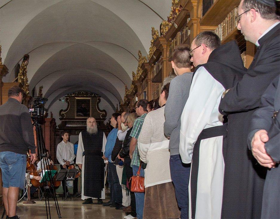 Výstavu historických tisků zahájil převor - administrátor Justin Jan Berka O. Cist.