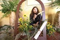 """Květinová výstava """"Hořící srdce"""" je v klášteře Zlatá Koruna k vidění do 18. srpna. Jejím tématem je tentokrát život sv. Bernarda z Clairvaux."""