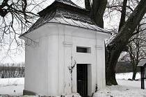 Kolem kaple projíždějí návštěvníci regionu k přívozu a domům, které zbyly z někdejší obce.