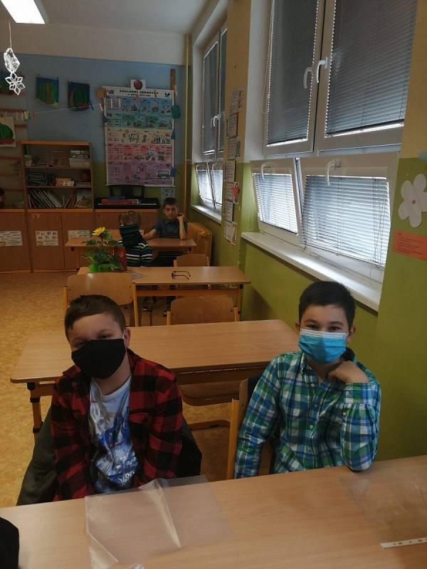 Školní rok ukončili rozdáváním vysvědčení tak v ZŠ Fantova v Kaplici.
