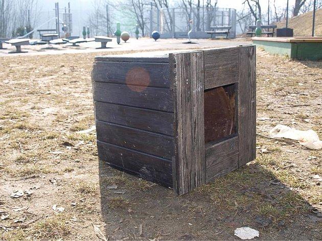 Převrhnutý odpadkový koš či chybějící mantinely kolem hřiště, tak v úterý vypadalo hřiště na Plešivci.