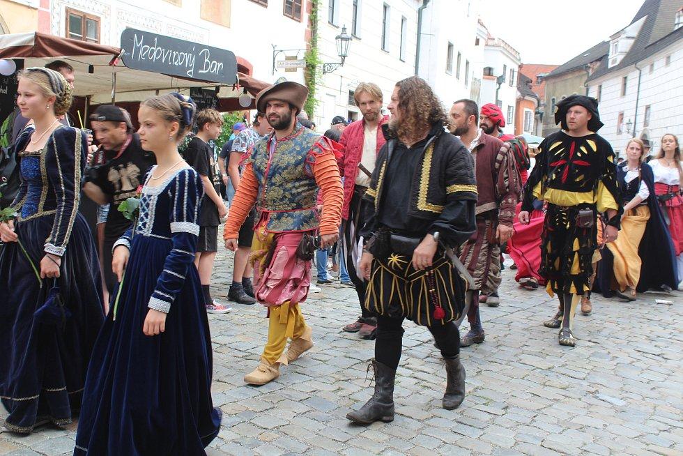 Krásnou podívanou opět návštěvníkům Krumlova připravil hlavní kostýmovaný průvod Slavností pětilisté růže.