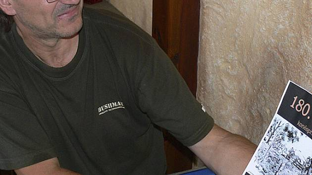 Pavel Černý pořádá na letním parketu v Holkově již několik let koncerty. Letošní sezona je v duchu oslav 180 let koněspřežní železnice.