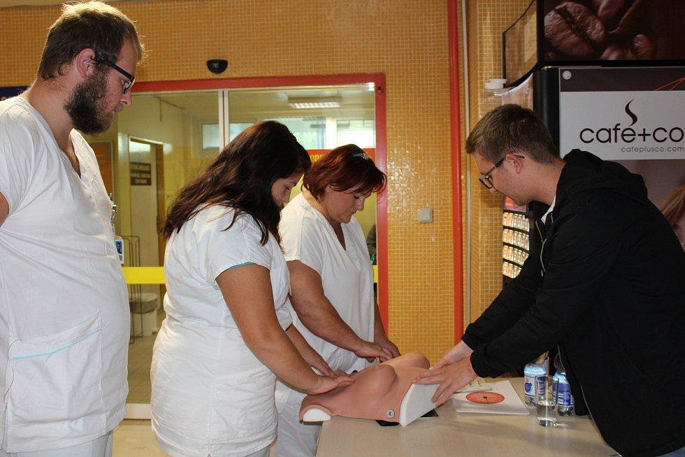 Praktická ukázka samovyšetření prsou a varlat v českokrumlovské nemocnici.