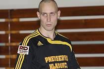 Nejlepší střelec Celostátní ligy futsalu a hrající kapitán Bombarďáků Rudolf Weinhard (na snímku z českokrumlovské haly) se vrátil ze Stonavy rozčarovaný.
