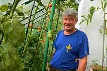 Pan Láďa z Loučovic na své zahrádce pěstuje i melouny.