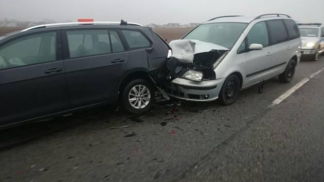 Na silnici nedaleko Dolního Třebonína se srazilo několik aut. Zasahovaly tam dvě sanity.