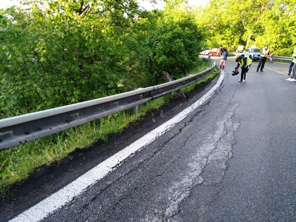 Utržená krajnice na mostku u Netřebic. Úsek je uzavřený a neprůjezdný.