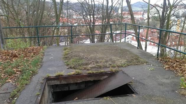 Na strojovně, která u Vyšehradu zůstala po zkušebním eskalátoru ze 70. let, vypadl poklop, dbejte zde zvýšené opatrnosti.