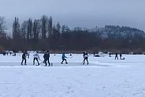 Jediné místo, kde se na lipenském jezeře dá bruslit, je v Horní Plané pod vlakovým nádražím.