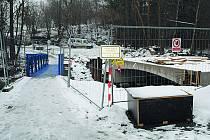 Stav mostu v zimě v Benešově nad Černou, vedle něhož je postavena provizorní lávka pro pěší.