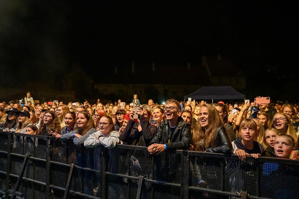 Koncert kapely Mirai v Pivovarské zahradě v Českém Krumlově.
