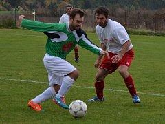 Šťastné vítězství favorizované hornoplánské Smrčiny v Křemži trefil až v nastaveném čase Jan Koritar (vlevo u míče před domácím Stanislavem Brabcem, jenž utkání po červené kartě nedohrál).