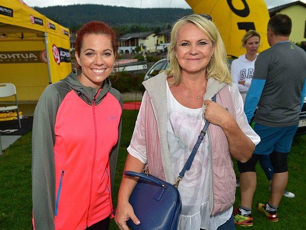 MODRÝ KÓD. Na Lipenský půlmaraton dorazily i osobnosti z populárního seriálu. Na horním snímku je Míša Nosková (vlevo) s producentkou Lenkou Hornovou.