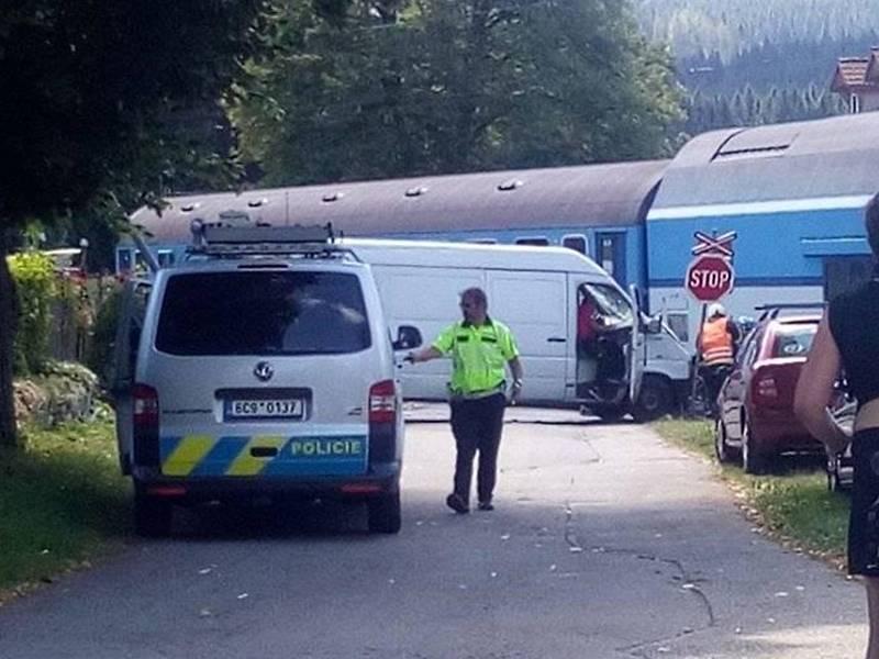 Střet dodávky s vlakem na přejezdu v Loučovicích se obešel bez zranění.