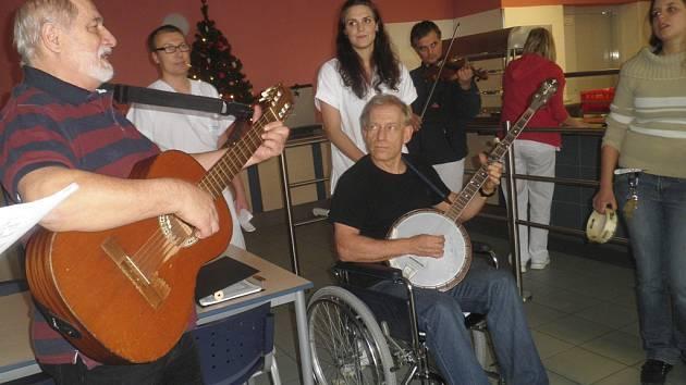 Personál českokrumlovské nemocnice v pátek hrál a zpíval pacientům.