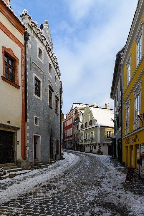 Zasněžený Český Krumlov v celé své kráse.