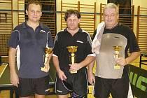 Medailisté křemežského předsilvestrovského turnaje – na snímku zleva celkově třetí Petr Staněk, nečekaný vítěz Josef Kamera a stříbrný Josef Jungvirt.