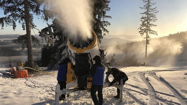 Hromady sněhu na Lipně se vrší, provozovatelé je ale zatím rozhrnovat nechtějí.
