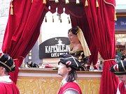 V Českém Krumlově se koná 32. ročník Slavností pětilisté růže. Trvá až do neděle 24. června. Uvidíte vystoupení uměleckých souborů s dobovou tematikou, vojenské historické ležení, ukázku dravých ptáků, můžete děti posadit na dřevný kolotoč či svézt na pon