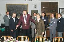 JAN VONDROUŠ (nejvyšší na snímku), vyzývá Václava Havla ke stolu. Fotka je z doby, kdy se, podle bývalého starosty,  říkaly věci tak jak byly, na rozdíl od dnešního populismu.
