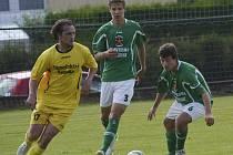 Jednou z nových tváří v zelenobílém dresu je devatenáctiletý nadějný obránce Martin Dudák (uprostřed, na snímku z pohárového utkání v Dražicích, v popředí zleva dražický Horka a Karel Zatloukal), jenž se vrací z hostování v budějovickém Dynamu.