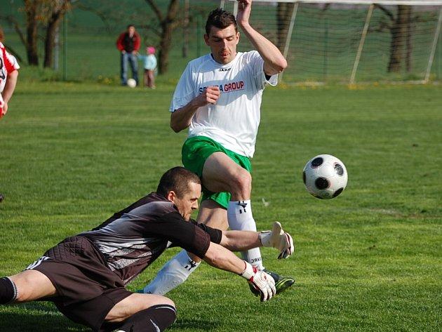 Několikrát se v průběhu utkání tváří v tvář brankáři Jelínkovi ocitl krumlovský středopolař Petr Boháč (na snímku), ale pokaždé ze souboje vyšel vítězně strážce čížovské svatyně.