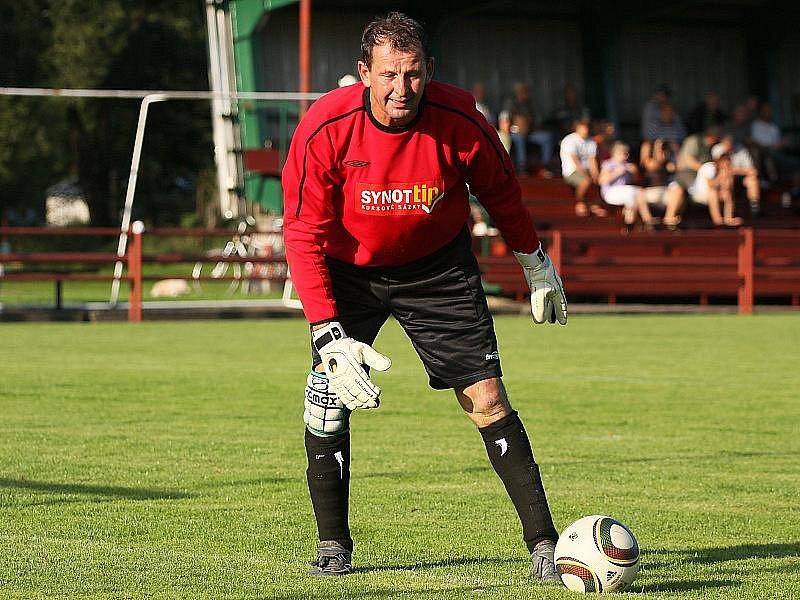 Pětapadesátiletý gólman Dražic František Ursacher.