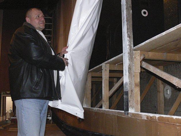 Provozovatel českokrumlovského kina Jan Jiřička při natahování plátna.
