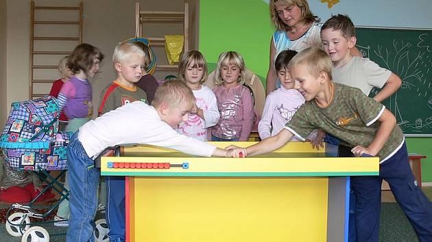 Hokejbal je momentálně v nové třídě křemežské mateřinky pořádným hitem, což potvrzuje i učitelka Naděžda Koflerová (na snímku vpravo vzadu).