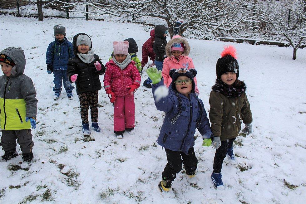 Ve sněhu se na školkové zahradě dosyta vyřádily děti z českokrumlovské MŠ T. G. Masaryka.
