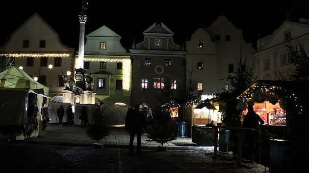 Adventní náměstí v Českém Krumlově je připravené na rozsvícení vánočního stromu.
