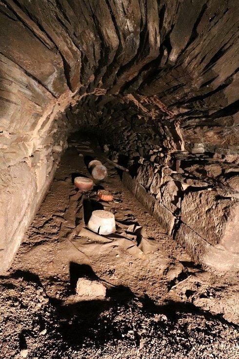Odtoková štola ze šachty má na výšku necelé dva metry. Takto byla zanesena sedimenty.