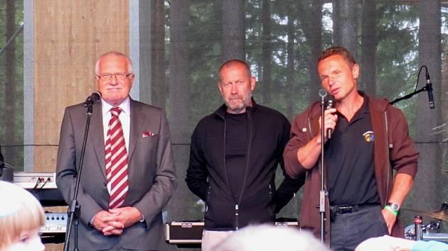 Prezident Václav Klaus a starosta Zdeněk Zídek (zcela vpravo) při otevření Stezky v korunách stromů.